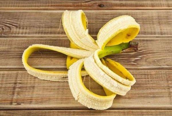 Для улучшения цветения используют удобрение из банановой кожуры