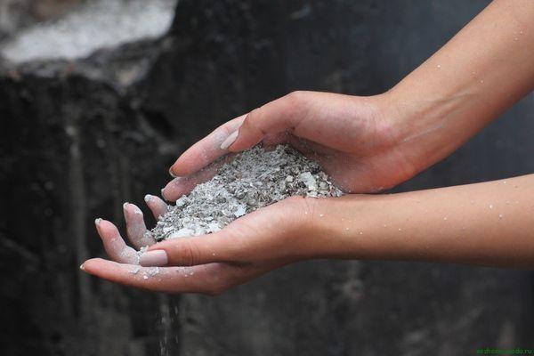 Нехватку калия и фосфора можно восполнить древесной золой
