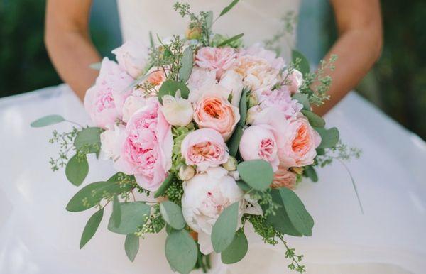 Из пионовидных роз часто делают свадебные букеты
