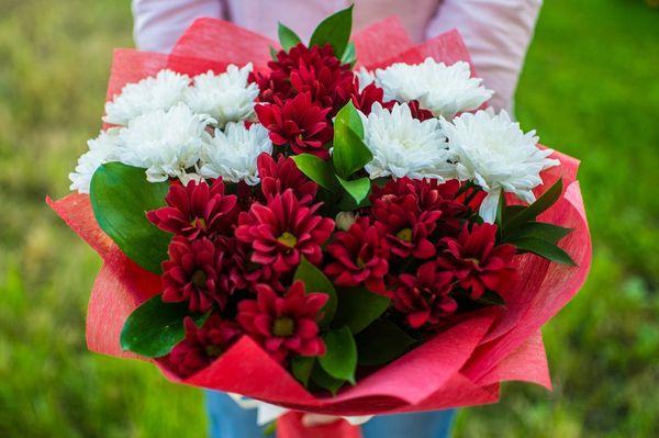 Букет из ярких хризантем