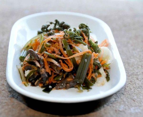 Вкуснейший салат из папоротника с добавлением куриного яйца